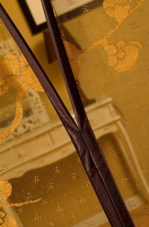 Detail Motif Jaquard Kedua sisi dijahit rapi dan bukan direkatkan.  Kain pinggiran menggunakan kain polyester cotton yg berkualitas dilengkapi dengan magnet yang lebih besar didalamnya, sehigga akan lebih menutup rapat dan lebih cepat dibanding tirai yang biasa.