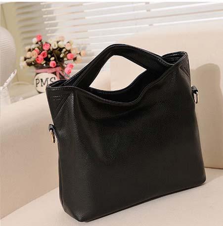 Kode: 30290 Warna: Hitam Size: 38x33x10cm Bahan: High Quality PU leather Harga: Rp 295.000
